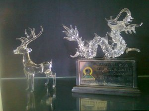 kami dari KREATIF GROUP INDONESIA | jual kerajinan kaca | kerajinan kaca bali | kerajinan kaca Malang | Kerajinan kaca surabaya | kerajinan kaca ubud | Kerajinan Kaca datar | kerajinan kaca bekas | jual kerajinan kaca | kerajinan kaca | http://jualkerajinankaca.wordpress.com/ | glass ART indonesia | GLASS ART bali | glass artwork | glass art craft | glass art studio | plakat | jual Plakat | pesan Plakat | miniatur | miniatur mobil | Dyartorin | 24 JAM NONSTOP 0857 303 20 200