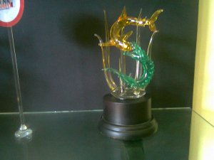 kami dari KREATIF GROUP INDONESIA | jual kerajinan kaca | kerajinan kaca bali | kerajinan kaca Malang | Kerajinan kaca surabaya | kerajinan kaca ubud | Kerajinan Kaca datar | kerajinan kaca bekas | jual kerajinan kaca | kerajinan kaca | https://jualkerajinankaca.wordpress.com/ | glass ART indonesia | GLASS ART bali | glass artwork | glass art craft | glass art studio | plakat | jual Plakat | pesan Plakat | miniatur | miniatur mobil | Dyartorin | 24 JAM NONSTOP 0857 303 20 200